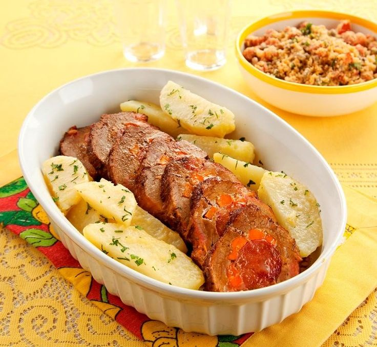 Receita de Lagarto Recheado com Farofa e Batatas Saltedas - 1 cenoura pequena, cortada em cubinhos, 1/2 pimentão vermelho, sem sementes, cortado em cubos, 5...