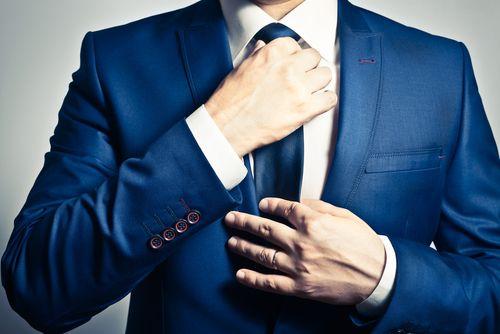Die Krawatte - in der Freizeit eher selten, gehört der Schlips oder Langbinder im klassischen Business-Umfeld zum absoluten Mode-Muss. Bei Männern jedenfalls. Weil die Krawatte aber auch noch eines der auffälligsten Styling-Accessoires ist, lässt sich …