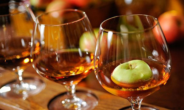 Крепкий алкоголь родом из северной Франции давно завоевал сердца нормандцев. Как его пить и как можно сделать этот напиток в домашних условиях, расскажет АлкоХакер...Читать далее...
