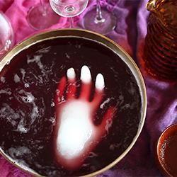 Halloween Bowle - eine gefrorene Hand in der Bowle macht sie so richtig grueselig. Halloween Essen, Halloweenparty, halloween food ideas,  Das Rezept gibts auf Allrecipes Deutschland http://de.allrecipes.com/rezept/15718/halloween-bowle.aspx