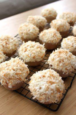 Coconut CupcakesYummy Desserts, Yummy Food, Toasted Coconut, Coconut Cupcakes Yum, Baking Perfect, Coconut Frostings, Toast Coconut, Sweets Tooth, Cupcakes Rosa-Choqu