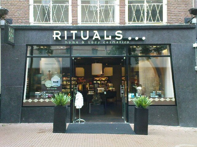 Huisstijl 1 RITUALS, naast zachte kleuren wordt er veel zwart gebruikt, dit zorgt binnen in de winkel vaak voor mysterieus schaduwwerk