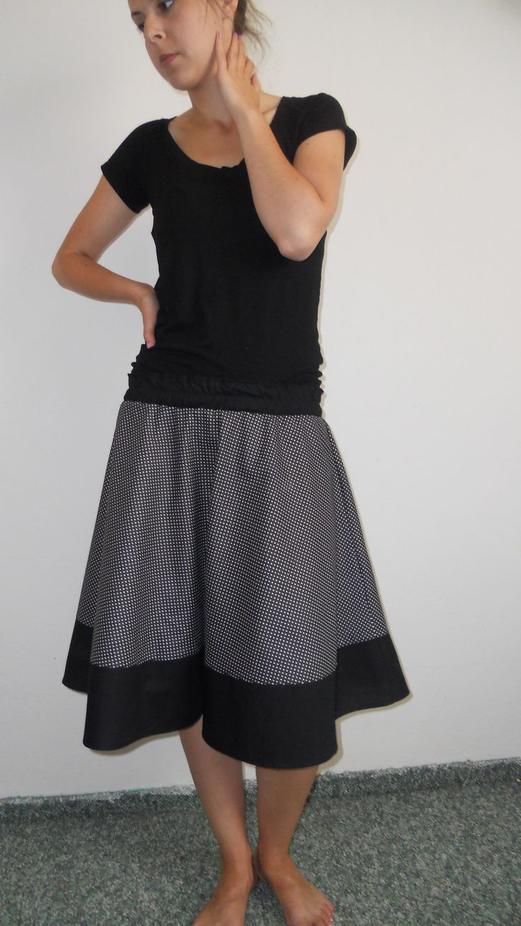 Půlkolová sukně Půlkolová sukně, vyrobená ze 100% bavlny. V pase guma 68 cm (v nenataženém stavu), délka 56 cm. Sukni mohu také ušít na míru.