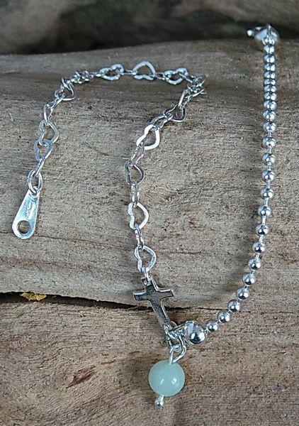 Armband van By Sas, gemaakt van sterling zilveren hartjes schakel ketting 4mm en DQ Zilver plated ball chain gekoppeld door een sterling Zilveren kruisje en Amazoniet 6mm. Het Slotje en haakje zijn ook van sterling Zilver.