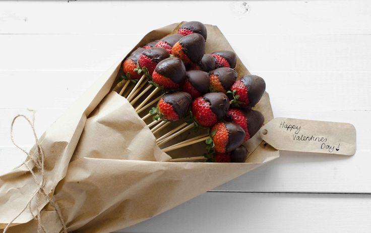 ~Super leuk cadeau-idee: verse aardbeien met een chocodip op een stokkie en verpakt als een boeket-hoe leuk is dit...~