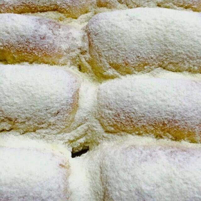 Pão de leite em pó   1k de trigo 150gr de margarina 150gr de açúcar refinado 50gr de leite em pó 15gr de sal  3 gemas 70gr de fermento fresco 500ml de leite  Cobertura de leite em pó 100gr de manteiga derretida 150gr de leite em pó  Modo de preparar a massa:  Junte todos os ingredientes mexa e sove a massa. Deixe descansar por 15 min. Passe um pouco de gordura nas mãos p sovar a massa faça um cordão e vá cortando os pães e modele. Asse por 20min depois de assados pincele a margarina…