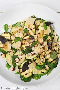 Courgette salade met hazelnoot en vegusto no-muh