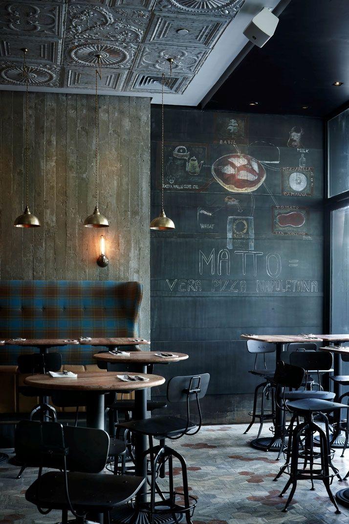 De donkere vintage meubels komen nog beter uit door de muur met krijtverf en het plafond vol met ornamenten.
