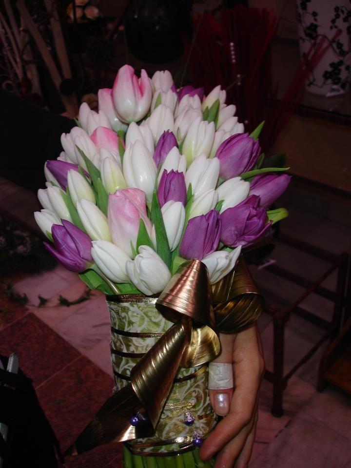 Buchet de mireasă cu lalele albe, roz si mov.  Bridal bouquet with white, pink and purple tulips.