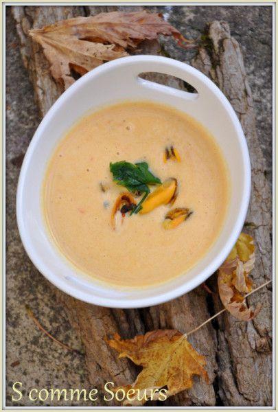 Velouté de moules au curry pr 6 pers 1 kg de moules du Bouchot (environ 1,5 litres) Mouclade : 1 oignon, 3 échalotes, 3 branches de céleri, 25cl de vin blanc, 25g de beurre. Velouté: 25g de beurre 1 blanc de poireau 1 carotte 1 cuillère à soupe de farine 2 cuillères à soupe de pulpe de tomate 1 cuillère à café de curry 60cl d'eau 2 cuillère à soupe de fumet de poisson 10cl de crème fraîche 2 jaunes d'oeufs