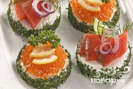 Рецепт приготовления закуски из хлеба с рыбой и красной икрой. Бутерброды с икрой и рыбой к праздничному новогоднему столу.