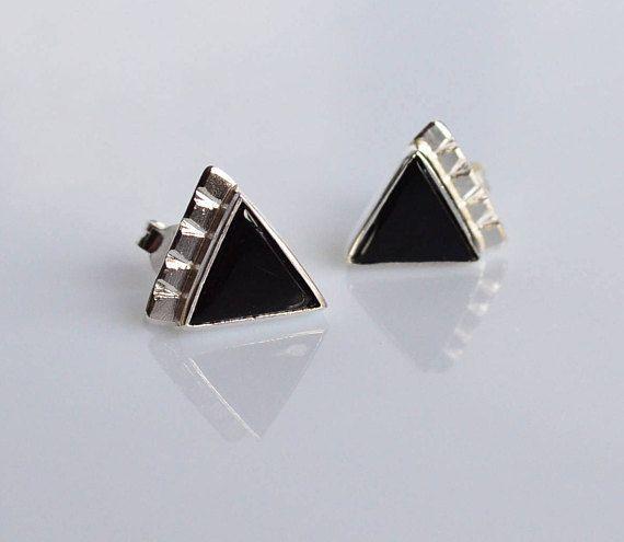 La geometria nei gioielli è una mia passione...e in questi orecchini si può vedere! Gli orecchini hanno onici triangolari neri e sono realizzati a mano in argento 925. Ottimo per se stessi o per una persona cara, per donare un tocco minimal e gipsy. --- Dettagli --- Argento 925 e