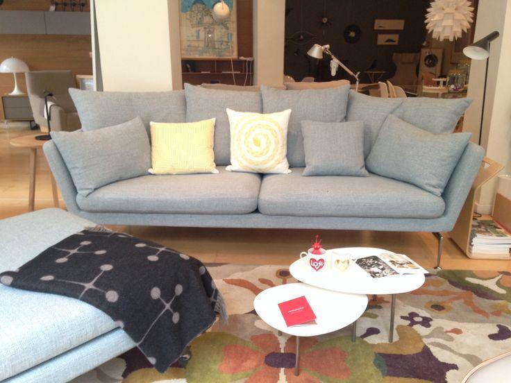 Suita Sofa Tres Plazas | Cojines Individuales & Ottoman, Eames Wool Blanket de Vitra |Mesitas Elcipse de Stua |Disponible en Manuel Lucas Muebles, Elche
