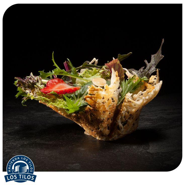 Ensalada de hojas y frutillas en molde de queso Parmesano. #Recetas #Gourmet http://www.lostilos.cl/recipes/ensalada-de-hojas-y-frutillas-en-molde-de-queso-pa/