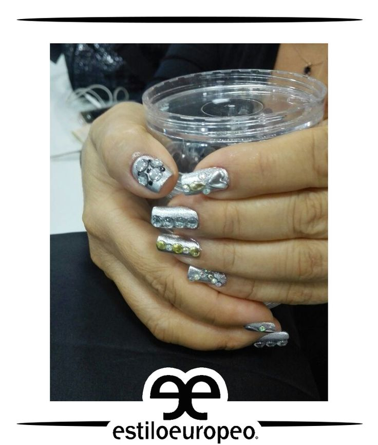 Las uñas largas son ideales para llevar un estilo único, ven a nuestras salas de manicure y pedicure y disfruta de servicios como: Maquillaje de uñas Cuidados Laquer pro Acrílico Gel Hidratación con parafina y más Visítanos: Cll 10 # 58-07 Sta Anita Citas: 3104444 #Peluquería #Estética #SPA #Cali #CaliCo