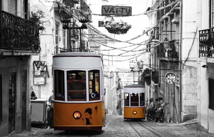 """Una fotoreporter """"Dj di storie"""" racconta la crisi e la forza dell'ingegno quotidiano dei portoghesi. E nonostante tutto gli italiani e non solo, si traferiscono in Portogallo per lavorare nei call-center. Così i giovani da tutto il mondo, si incontrano a Lisbona. """"Un'isola"""" delle idee."""