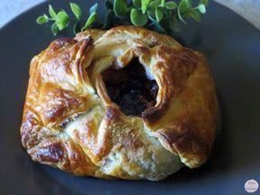 Sus invitados no dejarán de elogiarle después de probar este delicioso Hojaldre relleno de Camembert con frutos del bosque. Aquí encontrará la receta paso a paso.