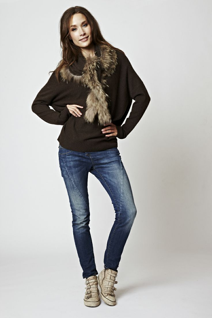 Florence Design scarf in brown with fur, and brown oversize sweater, We <3 tone in tone.