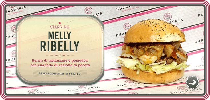 Hamburger di vitello con relish (salsa) di melanzane, pomodori, cipolla e aglio servito con una fetta di caciotta di pecora