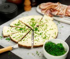 En matig cheesecake med riven pepparrot och en botten gjord på smör och kavring. Servera den välkyld i tunna bitar – gärna med skivor av rökt lammfiol. Perfekt till festen!
