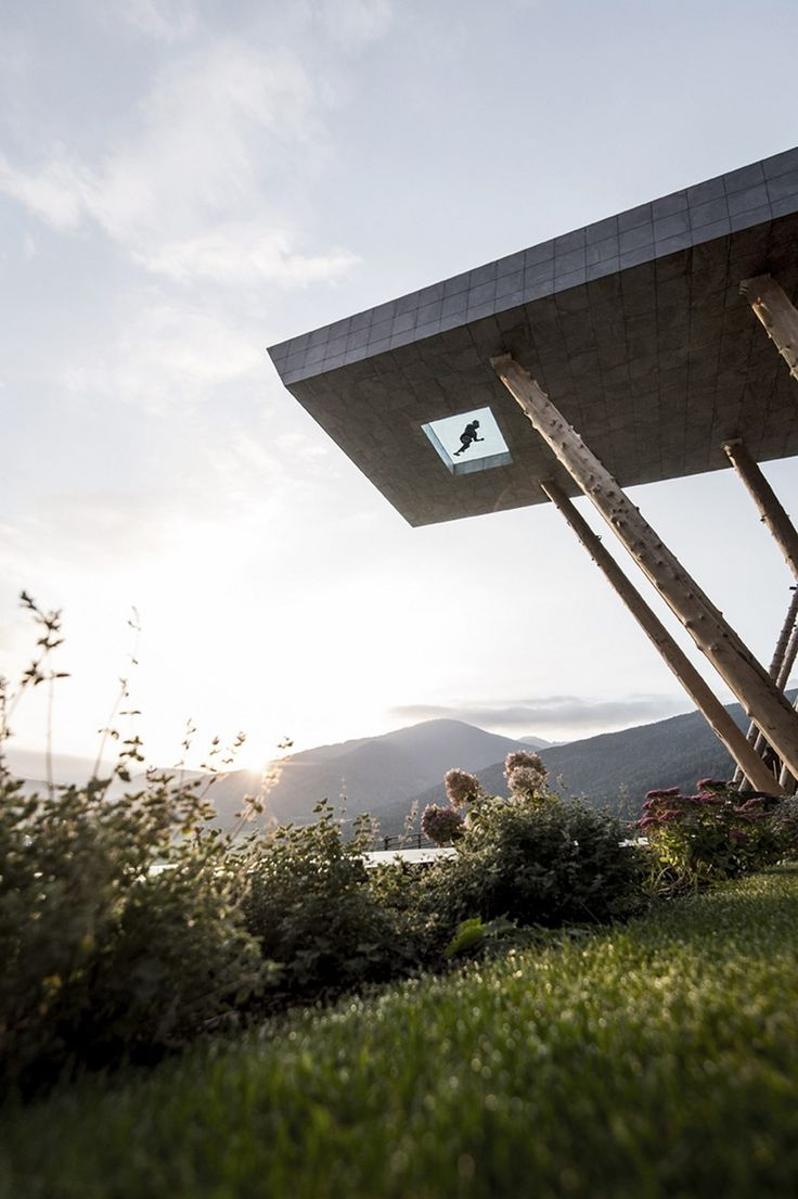 Situé dans la célèbre station de ski de Valdaora en Italie à une altitude de 1350m, l'Hotel Hubertus allie l'ancienne propriété familiale à la nouvelle extension, offrant aux clients un espace de détente haut de gamme.  La nouvelle partie composée d'un centre de fitness, d'une cave à vin et d'une terrasse panoramique avec piscine, a été réalisée par le studio d'architecture noa*. L'objectif du projet était de créer un lien visuel entre l'ancienne partie et l'extension. Pour ce faire, les...