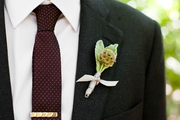 tie: Idea, Grooms Style, Flowers Bouquets, Wedding Boutonnieres, Burgundy Ties, Gardens Wedding, Nice Ties, Boutonni Grooms, Too Boutonnieres Grooms Styl