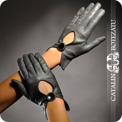 Manusile Catalin Botezatu sunt realizate din piele naturala 100%.