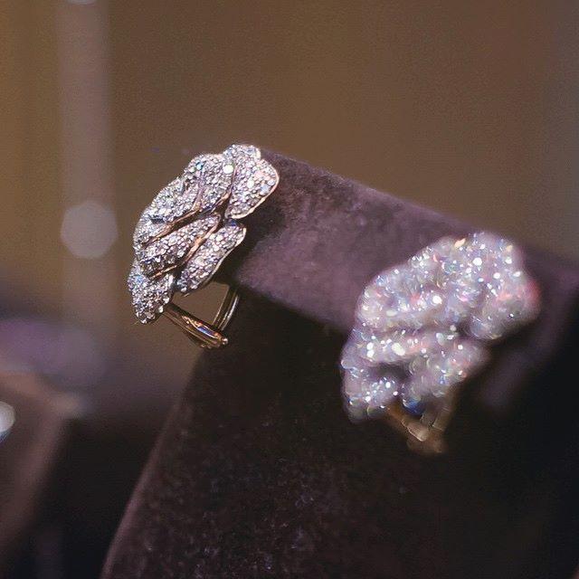 Străluciri de #diamante, recomfortantă stare de #libertate, dulci #zile pline de candoare. |Bucurați-vă de cei #dragi| #Sabion #romania #jewelry #gold #collections #18k #earring #648 #diamonds #cognac #stones