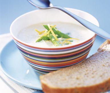 Aptitlig slät soppa med sparris, vitt vin, matlagningsgrädde och gul lök. Garnera soppan med grön sparris och servera tillsammans med lite rivet citronskal och ett gott bröd.