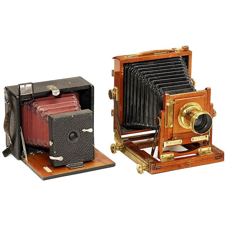 Field Cameras 1) Single-extension folding-bed plate camera 9 x 12 cm, unmarked, presumably Hüttig, c. 1890, dark-red bellows, shutter M + Z, slide diaphragm, focusing screen back. - And: 2) Small field camera from England, unmarked, c. 1900, size 3 1/6 x 4 in., tropical wood with brass fittings, focusing screen back without screen.