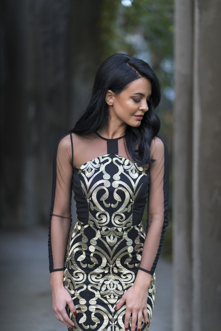 The golden Ari dress combines the most sophisticated textures with a simple and elegant design and the result is a jewel dress perfect for this season's events