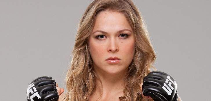 """Quando um usuário Reddit perguntou à Ronda Rousey qual super-heroína que ela gostaria de interpretar, a lutadora respondeu:""""Muitas das boas já estão sendo usados, mas eu gostaria de viver a MissMarvel!"""". Embora Rousey tinha ditoMiss Marvel, ela provavelmente se referiu à Capitã Marvel, que terá um filme pelaMarvel Studios com lançamento previsto para 2018. Carol …"""