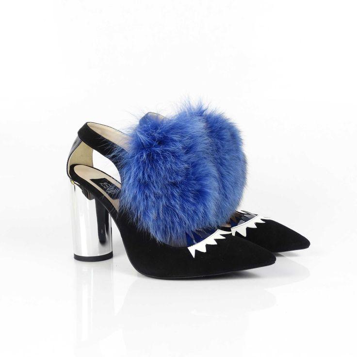 Spectaculoșii pantofi de damă Mineli Prodan Blueîncununează o simplă pereche de pantofi din piele naturală cu un accesoriu devenit statement în acest sezon: blana de vulpe. Noua colecție încorporează armonios detalii și texturi din blană naturală combinate cu piele camoscio…