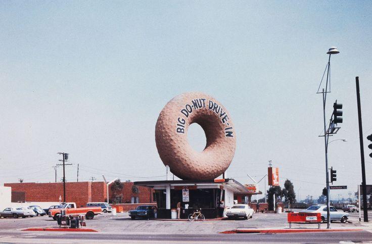 """Les architectes Robert Venturi et Denise Scott Brown ont utilisé la photographie à l'appui de leur ouvrage théorique """"Learning from Las Vegas"""" (1972), dans lequel ils analysent l'architecture ludique, commerciale et populaire. ).Ici, """"Big Donut Drive-in"""", Los Angeles, vers 1970, Avec l'aimable autorisation des artistes et de Venturi, Scott Brown and Associates, Inc., Philadelphie."""