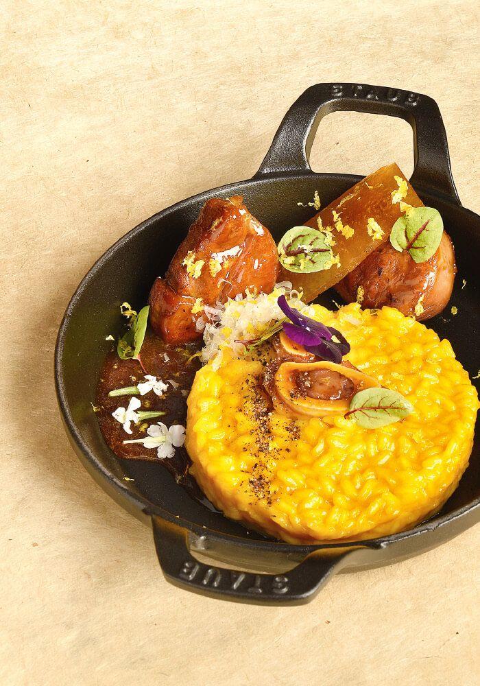 """Dans notre guide d'inspirations """"Un Goût de Dolce Vita"""", voici l'Osso bucco milanese, proposée par le Chef @gabrieledelgrossi 🇮🇹 Osso bucco de veau, oignon des Cévennes, citron jaune de Sorrente, riz carnaroli.... Retrouvez l'intégralité de la recette dans notre guide ou en ligne sur www.metro.fr #instafood #igfood #foodie #foodlovers #foodart #instagood #miam #yummy #eat #italiancuisine #foodpic #foodstagram #ossobucco #metroFrance #gastronomie #gastronomy #chefs #Paris #chef #recette"""