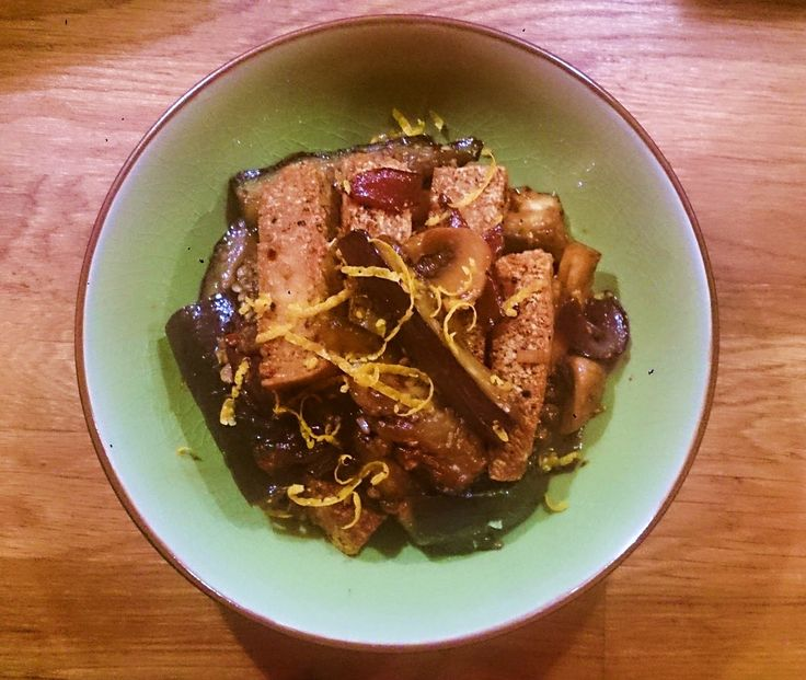 Ett modifierat recept från Grace Youngs bok The Breath of a Wok  som jag hittade via Saveur . Jag tillsatte sichuanpeppar, tofu, svamp, ap...
