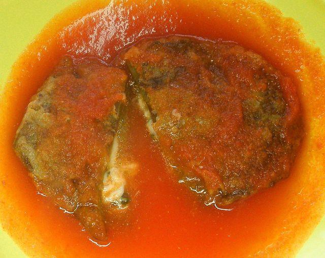 Rellena de queso y bañada en una rica salsa de tomate rojo, la humilde penca de nopal se vuelve un platiillo digno de un rey.