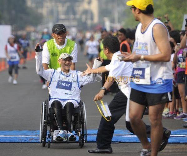 Menteri Pemuda dan Olahraga Roy Suryo menyambut salah satu peserta lomba lari Mandiri Jakarta Marathon 2013 di garis finis di kawasan Monas Jakarta Pusat, Minggu (27/10/2013). Selain nomor maraton 42 km, dilombakan pula setengah maraton (21 km), 10 km, dan 5 km. Acara tersebut diikuti sekitar 10.000 pelari elite nasional dan internasional untuk memperebutkan total hadiah Rp 2,5 miliar.