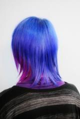 【アフターミッドナイトパープル】元々何回かブリーチしてあったんですけど、プリンを直してさらに明るくしてMANICPANICのアフターミッドナイトをメインにポイントでパープルを入れました。最初、水色をいれようとしてたんですけど、すぐおちるかもしれないので濃いめのブルーをいれて色落ちして水色になるのを待つことにしました。個人的におすすめなのは、濃い色を入れて色落ちを楽しむのがベストだと思います。