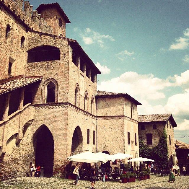 Castell'Arquato  Credits Instagram by angeloscar82 #italy #italia #emilia #romagna #piacenza #reggio #emilia #parma #modena #bologna #fidenza #ferrara #imola #appennini #apennines #mountain #mountain #viaemilia
