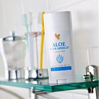 De Aloe Ever-Shield Deodorant Stick heeft een milde geur, geeft de hele dag bescherming en een fris gevoel. Deze deodorant is verrijkt met gestabiliseerde aloë vera gel en bevat geen aluminiumzouten of alcohol. Door de unieke samenstelling onderscheidt Aloe Ever-Shield zich van andere producten als huidvriendelijke deodorant.