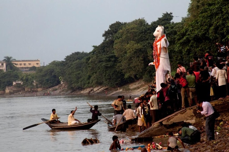 http://www.boumbang.com/prune-nourry/ Holy River Immersion, Calcutta, Inde, 2011 © Prune Nourry Studio