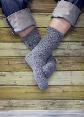 Отличные мужские носки спицами, выполненные из шерстяной пряжи средней толщины с добавлением полиамида. Вязание носков начинается от верхнего края по...