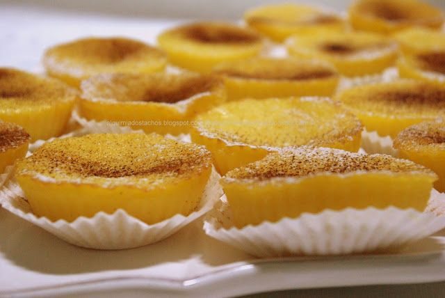 Ingredientes: 2 ovos 300gr açúcar 50gr margarina derretida 130gr farinha 1/2 l leite Sumo e raspa de 1 laranja Canela e açúcar em ...