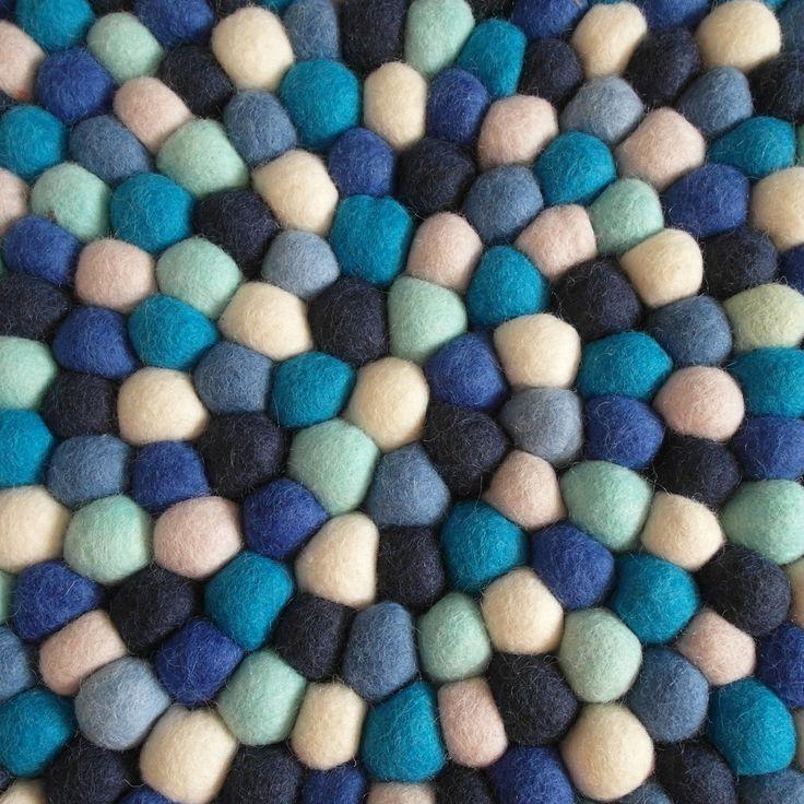 Dette teppet er for deg som ønsker et elegant teppe som passer like godt på soverommet som i stua. Eller hva med en liten marin touch i hallen? I Nils kombineres safirblå med lyseblått, og brytes med en nydelig lys rosa og naturhvit.