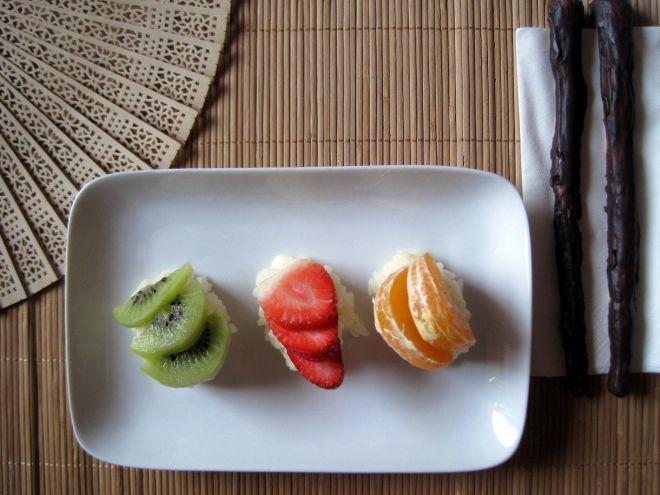 Ricetta Dessert : Nigiri di frutta fresca - maki- sushi di fragole e ananas da SaraTeaBag