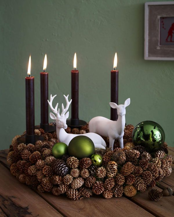 Classic advent wreath with fir cones and christmas tree balls /// Klassischer Adventskranz mit Tannenzapfen und Christbaumkugeln