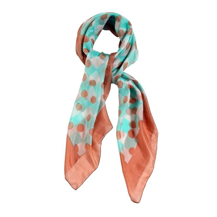 sciarpa in seta 100% con stampa sui toni del celeste, corallo e bianco. Made in India. Dimensioni : Lunghezza 110; Larghezza 110.