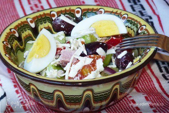 Пастуший салат  Этот сытный салат отлично подойдет для обеда. Свежие овощи, ветчина, брынза и пряная заправка сделают блюдо по-настоящему аппетитным. #готовимдома #едимдома #кулинария #домашняяеда #салат #закуска #пастуший #болгарский #обед #сытныйсалат #вкусно #брынза #овощи #ветчина #горчица