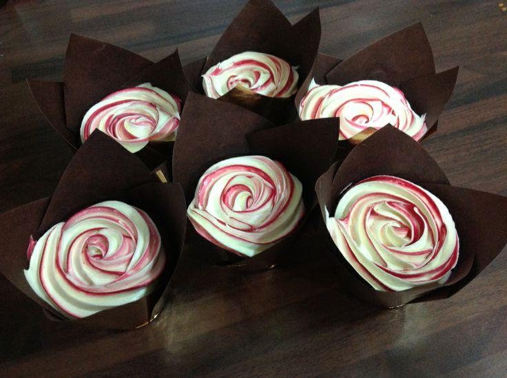 """""""Ystävänpäivän makea ruusu"""". Dr. Oetker Leivo ja koristele Facebook-sivulla järjestetyn Kaunein Cupcake 2014 -kilpailun parhaimmistoa."""